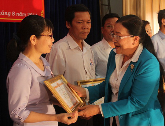 Bà Nguyễn Thị Bích Thủy, Phó Chủ tịch LĐLĐ TP HCM trao bằng khen cho CĐCS quận Gò Vấp thực hiện tốt chương trình học bổng Nguyễn Đức Cảnh