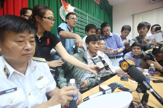 Tại sở chỉ huy tiền phương công tác tìm kiếm cứu nạn có rất đông phóng viên quốc tế