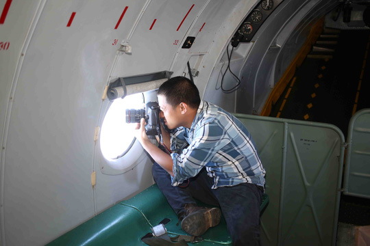 Phóng viên Mạnh Duy của báo Người Lao Động tác nghiệp, đưa tin trên chuyến bay