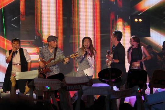 Giám khảo Mỹ Tâm, Anh Quân, giám đốc âm nhạc Huy Tuấn biểu diễn cùng 2 thí sinh