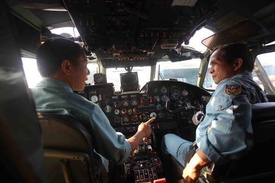 Cơ trưởng, thượng tá Vũ Đức Long trao đổi với cơ phó trước giờ bay