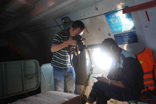 Phóng viên Huy Khâm (Reuters) tác nghiệp trên chuyến bay