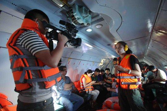 Phóng viên Đài Phượng Hoàng (Hồng Kông) ghi hình trực tiếp ngay trên máy bay