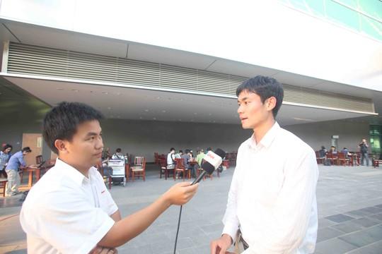 Phóng viên Wang Shuang của CCTV thường trú tại VN trả lời phóng vấn của một đài truyền hình VN