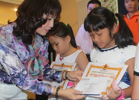 Bà Nguyễn Thị Bạch Lan, Chủ tịch Công đoàn Saigontourist trao học bổng Nguyễn Đức Cảnh cho con CNVC-LĐ