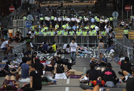 Người biểu tình phong tỏa một con đường gần trụ sở chính quyền Hồng Kông hôm 30-9. Ảnh: Reuters