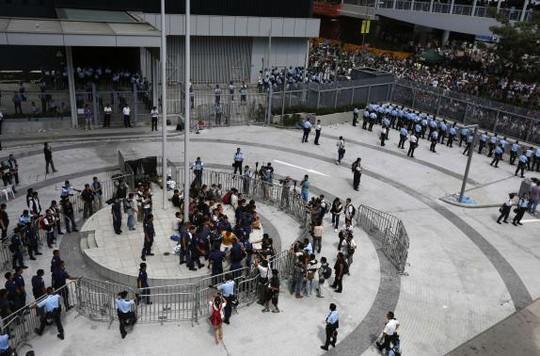Toàn cảnh phía trước trụ sở chính quyền đặc khu hôm 27-9. Ảnh: Reuters