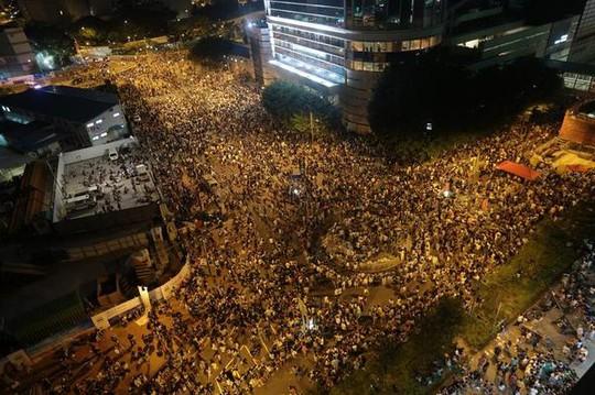 Số người tập trung trước trụ sở chính quyền đặc khu ngày càng đông, báo hiệu đêm mất ngủ thứ hai liên tiếp (28-9). Ảnh: AP