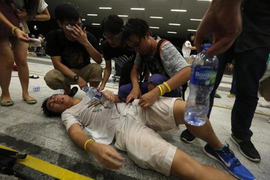 Một sinh viên trúng hơi cay. Ảnh: Reuters