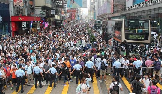 Cảnh sát lập rào chắn ngăn giữa hai nhóm. Ảnh: Apple Daily