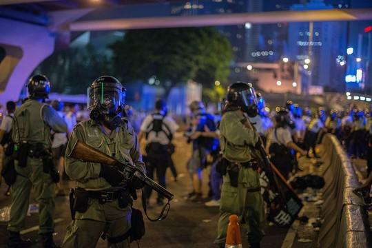 Cảnh sát chống bạo động bảo vệ trụ sở chính quyền đặc khu. Ảnh: Reuters