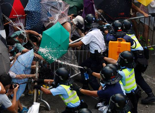 Người biểu tình và cảnh sát giằng co ngày 28-9. Ảnh: Reuters