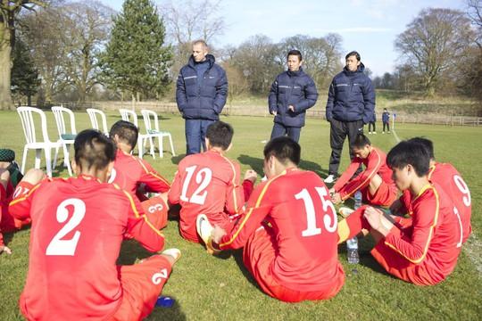 Thầy trò HLV Guillaume Graechen trao đổi và phân tích kỹ lưỡng từng trận đấu đã chơi ở Anh và Bỉ