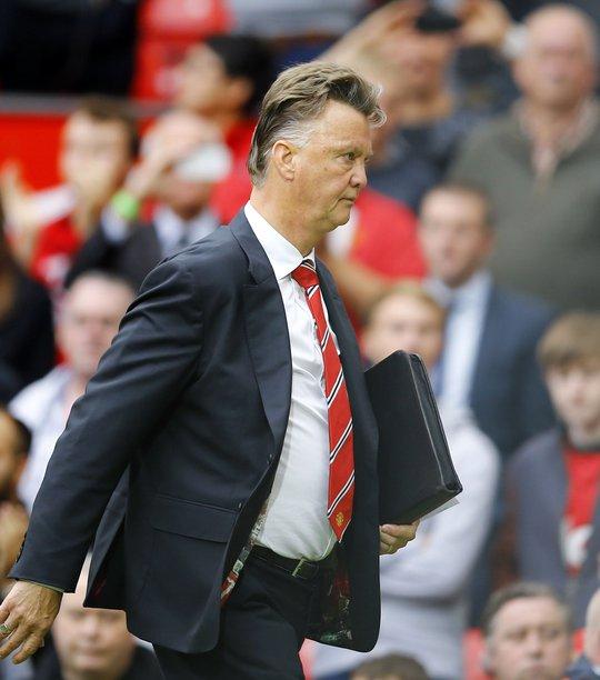 Sức ép càng đè nặng lên ông Van Gaal sau trận mở màn thất bại