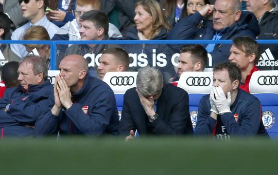 HLV Wenger (thứ hai từ phải sang) buồn bã. Ông cũng có lỗi khi bố trí đội hình sai lầm và phản ứng chậm với diễn biến trên sân