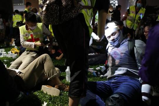 Nhiều người bị vết thương hở ở đầu. Ảnh: Reuters