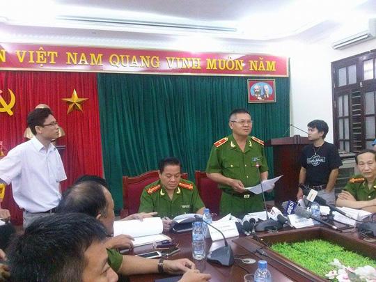Thiếu tướng Hồ Sỹ Tiến họp báo