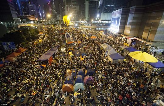 Hàng ngàn người đã trở lại đường phố đêm 30-11. Ảnh: EPA