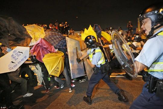 Cảnh sát Hồng Kông đẩy lùi người biểu tình bằng dùi cui. Ảnh: AP
