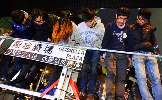 Các thủ lĩnh sinh viên xin lỗi tối 1-12 tại khu Kim Chung vì không đạt được mục tiêu. Ảnh: SCMP