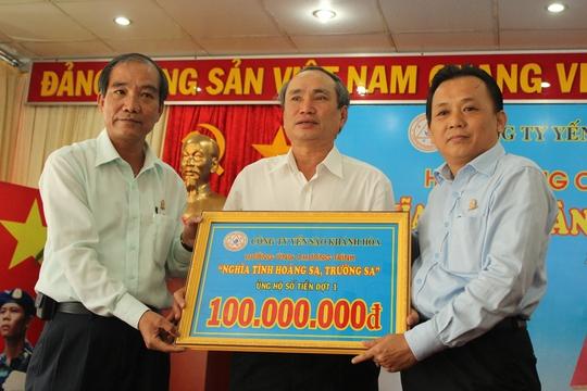 Ông Nguyễn Hòa, Chủ tịch LĐLĐ tỉnh Khánh Hòa )giữa) tiếp nhận 100 triệu đồng từ Công ty Yến Sào Khánh Hòa