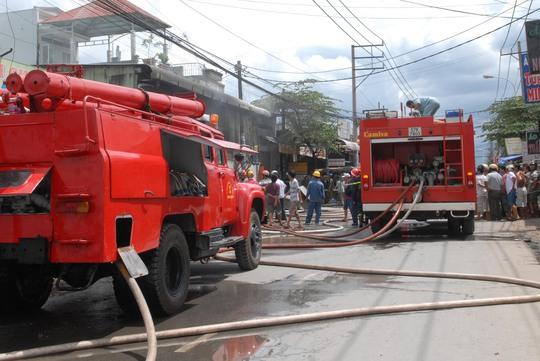 5 xe cứu hỏa được điều đến hiện trường dập lửa