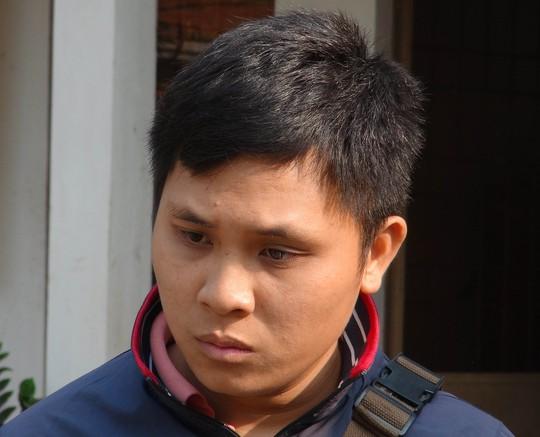 Hoàng Văn Bình, đối tượng chở thuốc lá lậu ngụy trang trong đống trấu, đang bị công an tạm giữ.