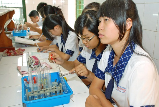 Học sinh thực hành môn Hóa trong phòng thí nghiệm. Ảnh: T. Thạnh