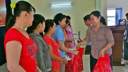 Cán bộ chuyên trách LĐlĐ huyện Củ Chi, TP HCM, tặng quà cho công nhân khó khăn ẢNH: CAO HƯỜNG