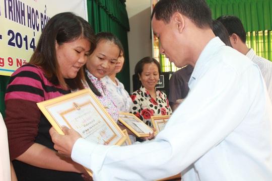Ông Huỳnh Văn Tuấn, Chủ tịch LĐLĐ huyện Hóc Môn, TP HCM, trao bằng khen cho CĐ cơ sở xuất sắc trong việc gây quỹ xây dựng học bổng Nguyễn Đức Cảnh