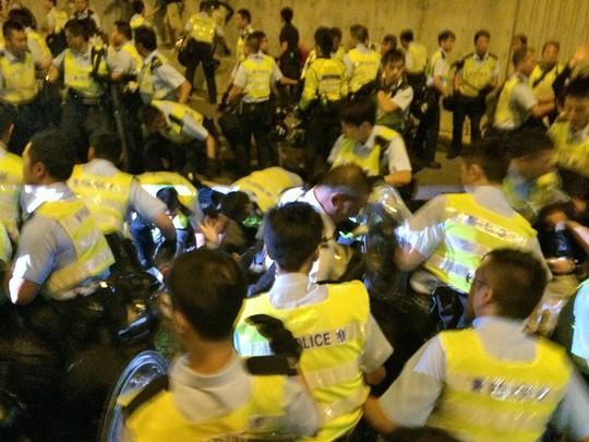 Đụng độ trên đường Lung Wo. Ảnh: South China Morning Post