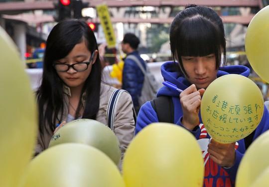 Sinh viên Hồng Kông kêu gọi người dân hoãn đóng thuế và trả tiền thuê nhà. Ảnh: AP