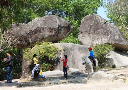 Hòn Trống Mái là một trong những thắng cảnh đẹp được rất nhiều du khách trong và ngoài nước đến chụp ảnh lưu niệm