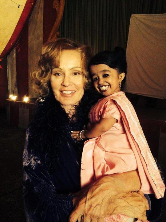 Tấm ảnh hậu trường của Jyoti Amge (phải) và nữ diễn viên Jessica Lange do Ryan Murphy đăng tải trên trang Twitter cá nhân.