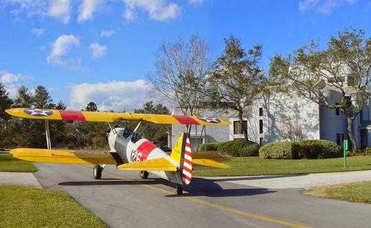 Ngỡ ngàng với thị trấn mỗi nhà có một chiếc máy bay riêng