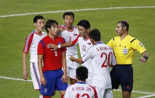 Trọng tài đã làm việc vất vả vì những pha tranh cãi giữa 2 đội