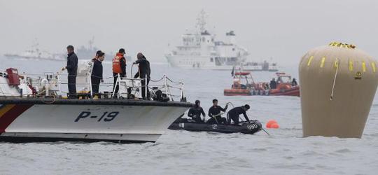 Cuối cùng thợ lặn cũng vào được tàu hôm 18-4. Ảnh: Reuters