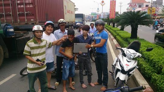 Anh Tân (bìa phải) trong lần bắt trộm ngày 31-5