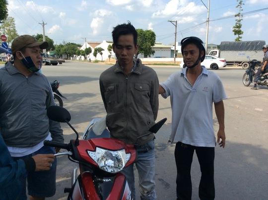 """Tên trộm Nguyễn Viết Cường (giữa) bị các """"hiệp sĩ"""" khống chế."""