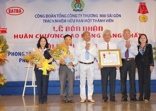 Ban lãnh đạo Công đoàn SATRA qua các thời kỳ đón nhận huân chương lao động hạng nhất (Ảnh: K.Loan)