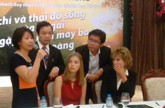 Annette (phải) nghẹn lời khi nghe chị Lan kể chuyện chồng hi sinh khi đi cứu mình. Ảnh: K.Khánh