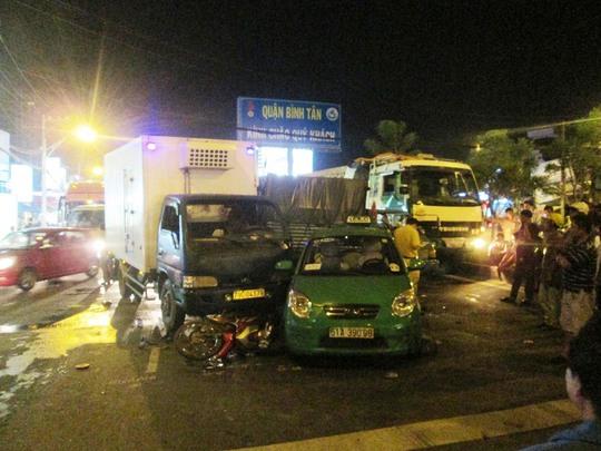Hiện trường vụ tai nạn liên hoàn xảy ra vào đêm 4-5