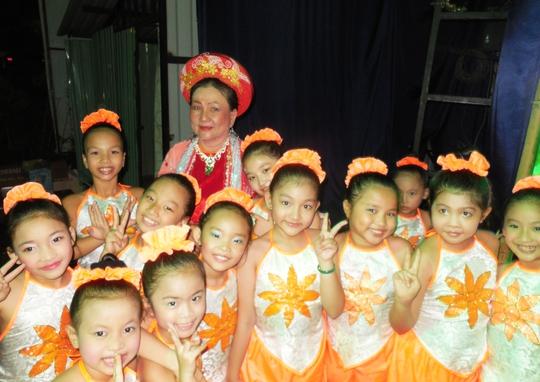 NS Kim Hương và các diễn viên nhí vũ đoàn Si Si biểu diễn trong chương trình
