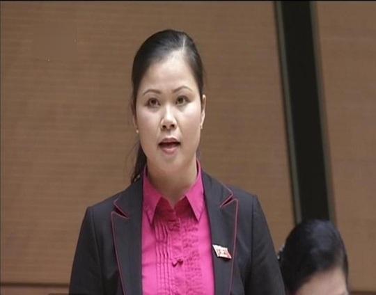 ĐB Bạch Thị Hương Thủy (Hòa Bình) đề nghị Bộ trưởng so sánh hiệu quả của một tuyến đường cũ với đường cao tốc mới xây để làm rõ lợi ích. Ảnh chụp qua màn hình
