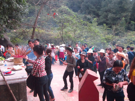 Hàng ngàn người đi lễ hội chùa Hương Tích (Hà Tĩnh) vào mồng 6 Tết. Ảnh: Hoàng Yến