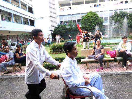 Anh Nguyễn Văn Nam (cha bé Huy) và cha vợ đã có mặt tại BV từ lúc 5h sáng. Anh cho biết, hai cha con vừa bắt xe đò từ An Giang lên hồi rạng sáng nay