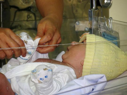 Huy rất quấn quýt những cô bác sĩ, điều dưỡng của khoa Hồi sức sơ sinh. Cậu bé liên tục nghịch ngợm, tìm cách nói chuyện với một điều dưỡng trong khi chị thay áo mới để chuẩn bị cho cháu lên xe về An Giang cùng cha, ông ngoại và các dì