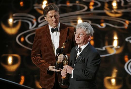 Malcolm Clarke (phải) và Nicholas Reed nhận tượng Oscar cho chiến thắng hạng mục Phim tài liệu ngắn xuất sắc nhất