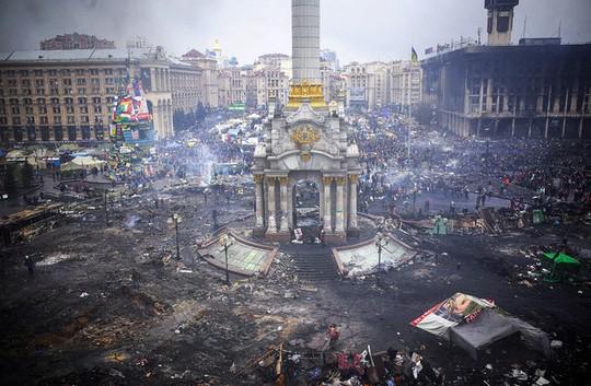 Quảng trường Độc Lập bị hư hại sau các cuộc biểu tình. Ảnh: Bloomberg