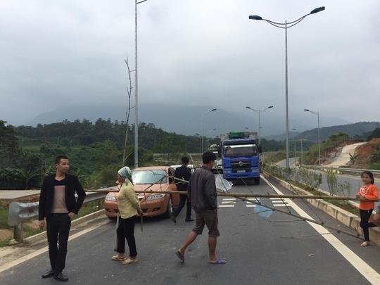 Đường cao tốc Nội Bài - Lào Cai bị người dân dựng rào chắn ngày 14-11. Ảnh: Đặng Thanh Phong